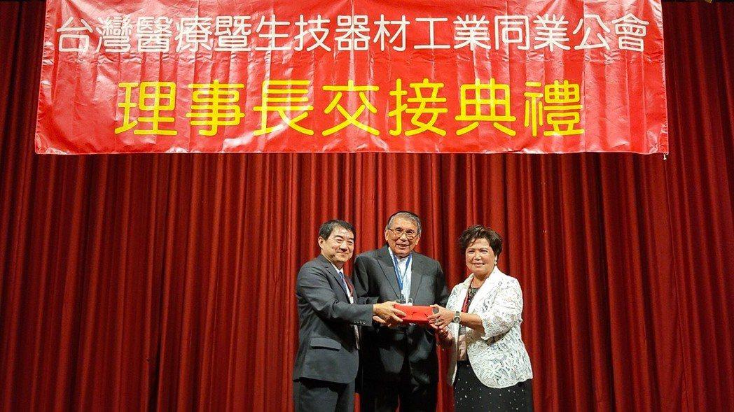 王綉子 (右)從卸任的洪盛隆(左)手中接下印信,接棒第20屆理事長,並成為醫材公...