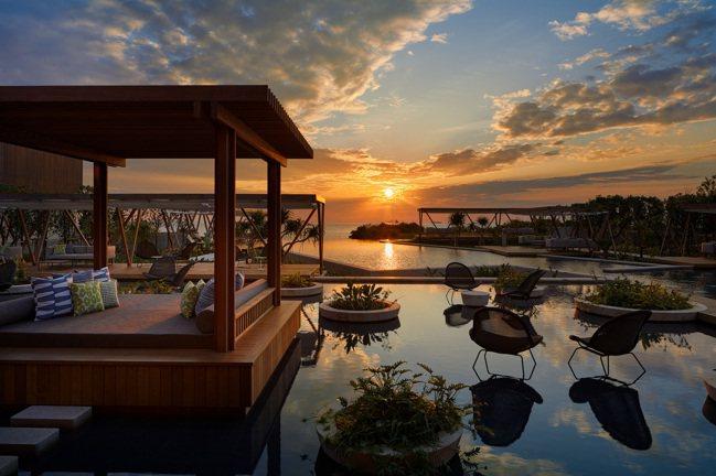 在泳池最外圍的區域可從正面欣賞夕陽西下。 圖/星野集團提供