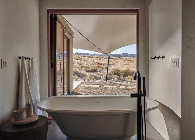 帳篷式庭閣內的浴室窗景,與營地周邊奇峻的地貌互相呼應。 圖/安縵提供
