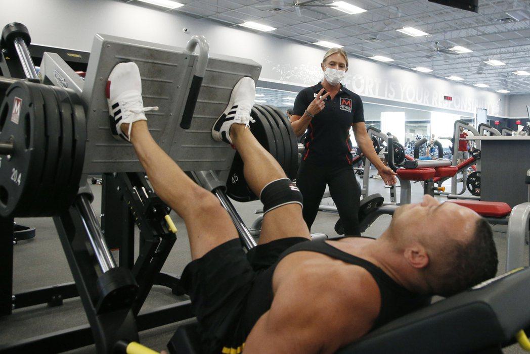 新冠肺炎疫情確診病例在中西部數州加劇並惡化。圖為新的重疫區亞利桑納州的健身房仍不...