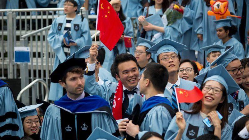 中國留學生在美國哥倫比亞大學畢業典禮上手持中國國旗。新華社資料照