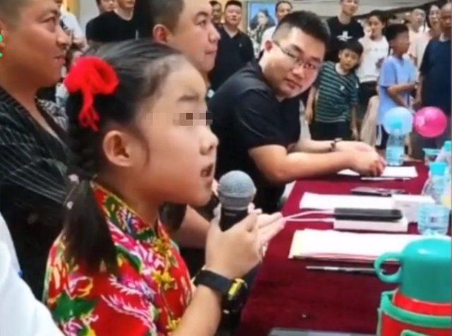 8歲童星當選秀評委,引發網友熱議。圖/取材自觀察者網