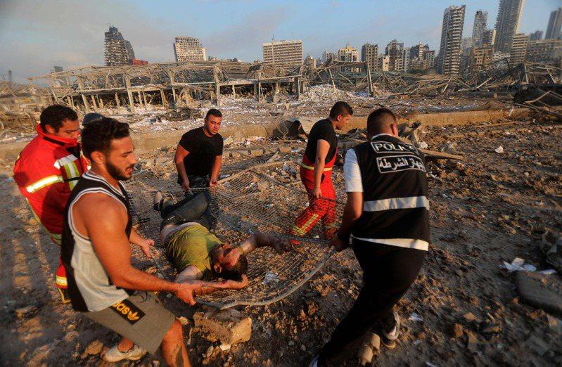 貝魯特大爆炸,救援人員撤出傷者。法新社