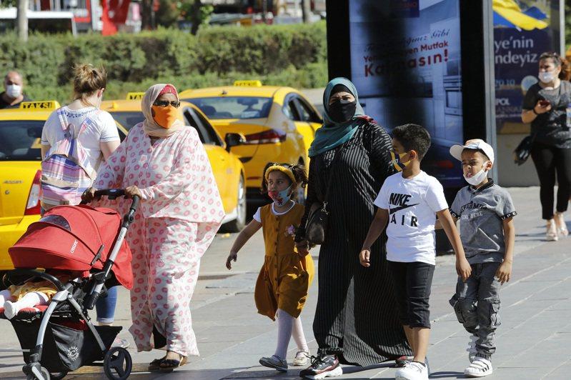 土耳其境內新冠肺炎新增確診病例今天超過1000例,為3週來首見。 新華社