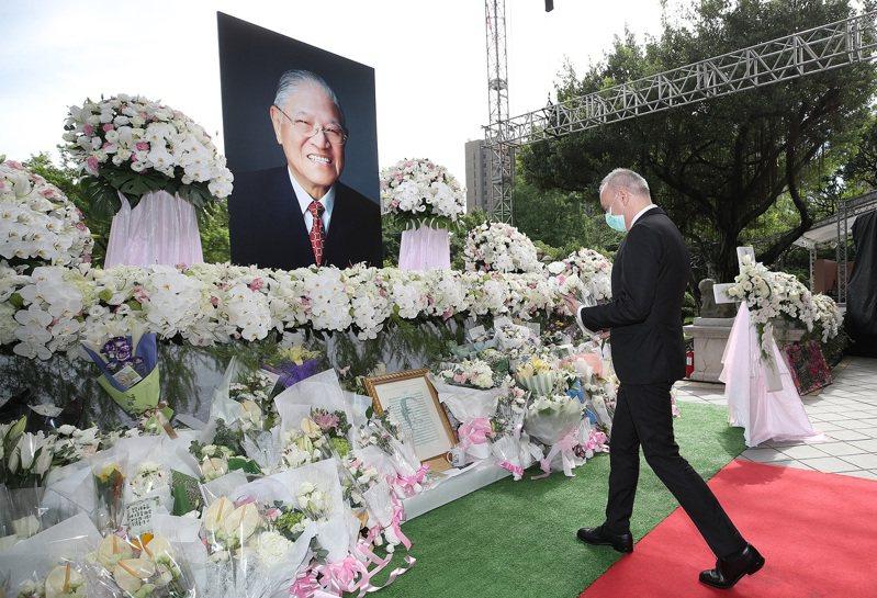 前總統李登輝辭世,法國駐台代表公孫孟(右)5日上午前往台北賓館追思會場緬懷敬悼,並獻花致意。 中央社