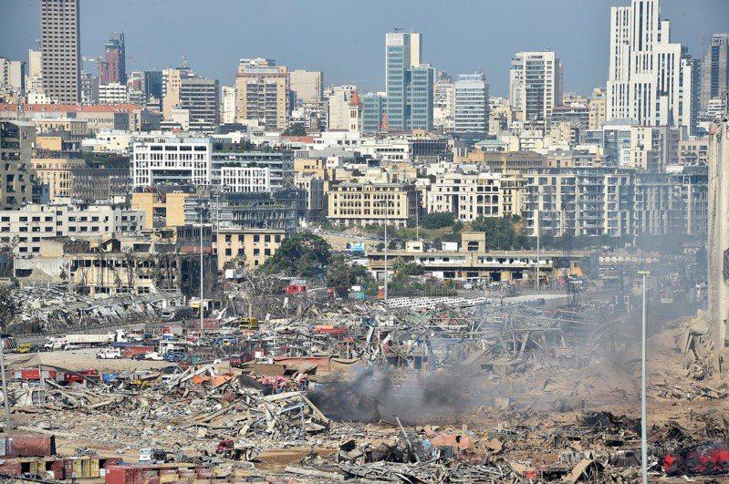 黎巴嫩貝魯特發生大爆炸,貝魯特省長阿布德(Marwan Aboud)對法新社表示,這場爆炸造成30萬人無家可歸,對大半個城市造成破壞,損失估計超過30億美元。圖/歐新社