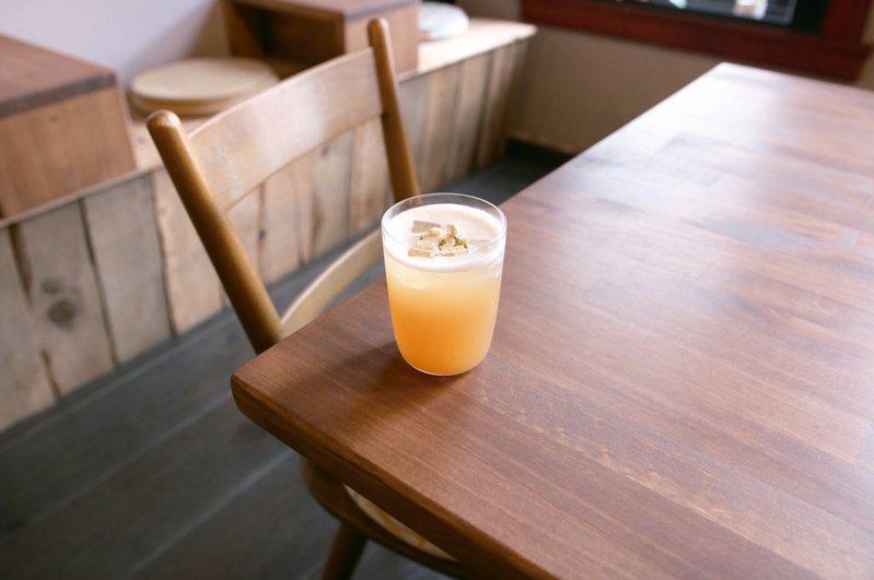 「COFE 喫茶咖啡」今年夏天以包種茶為主調推出季節限定調飲「仲夏夜盛開的花」。梅子與芭樂果香結合檸檬風味的氣泡感,尾韻帶有自家熬煮的茉莉糖漿風味,搭配淡雅的包種茶香,甜而不膩,非常適合炎夏解渴消暑。 圖-COFE 喫茶咖啡