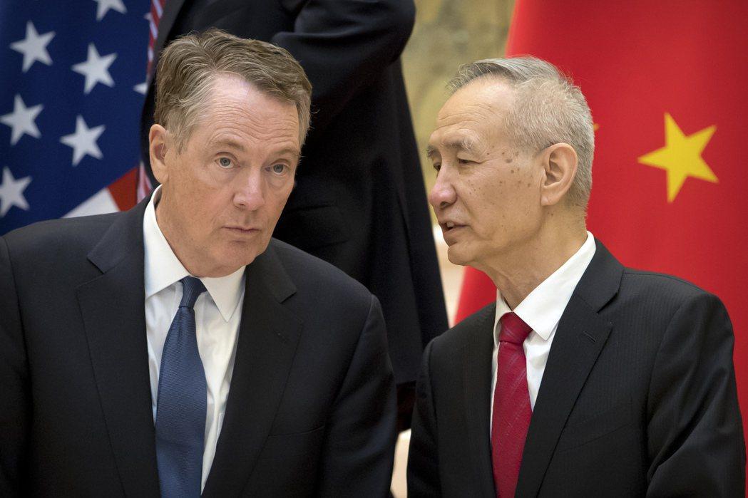 美國貿易代表賴海哲(左)和中國國務院副總理劉鶴(右)。 (美聯社)