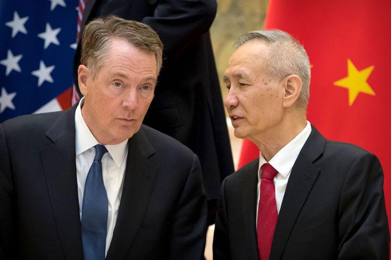 圖為2019年2月15日,中美在北京舉行雙邊會談前,大陸副總理劉鶴與美國貿易代表賴海哲耳語畫面。 美聯社