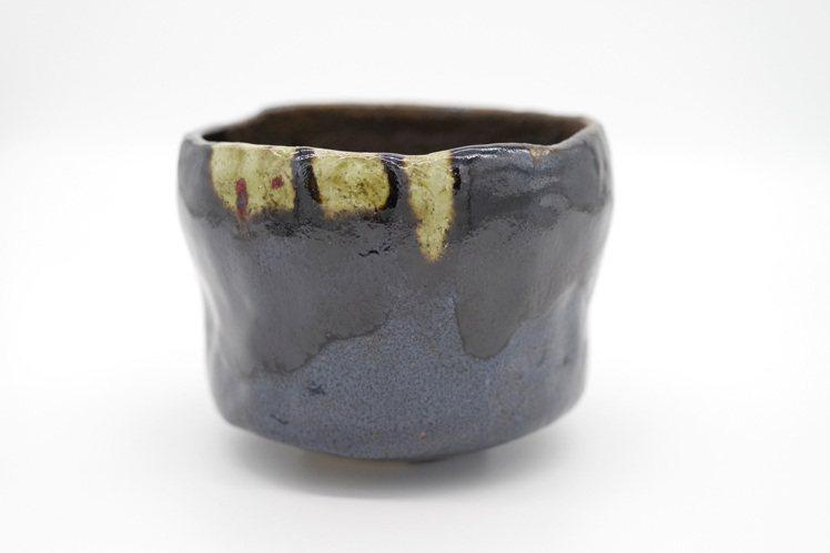樂十五代吉左衞門 直入,「嚴松」黑茶碗,估價28萬港元起。圖/邦瀚斯提供