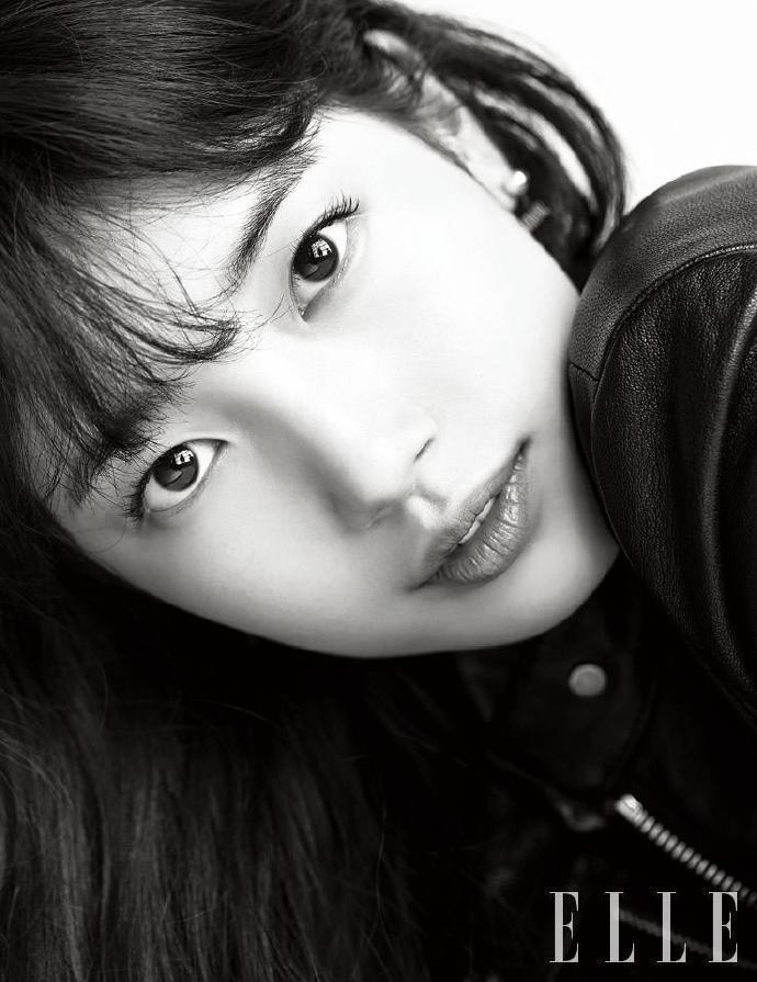 秀智在韓國版《ELLE》演繹各種不同氛圍的裝扮。圖/取自微博