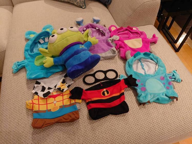 六款變裝三眼怪玩偶,服裝都可脫換。圖/HOLA提供