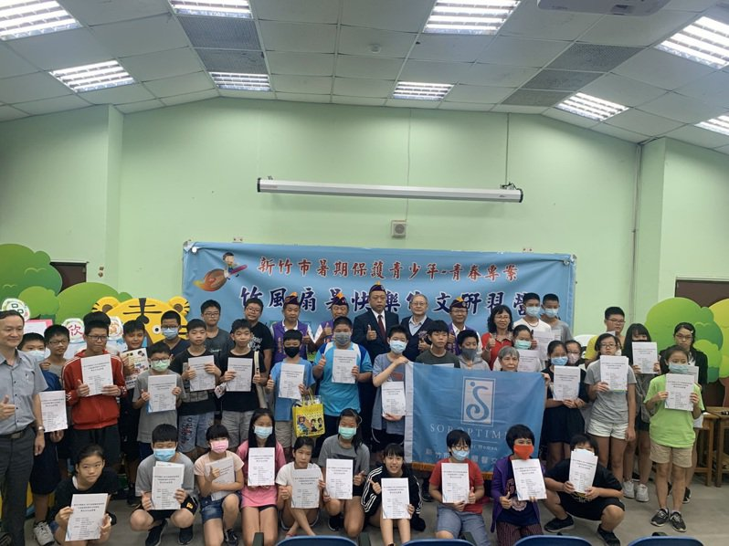 新竹市警察局今天在虎林國中辦理暑期青春專案竹風扇暑快樂作文研習營結業式。圖/市警局提供