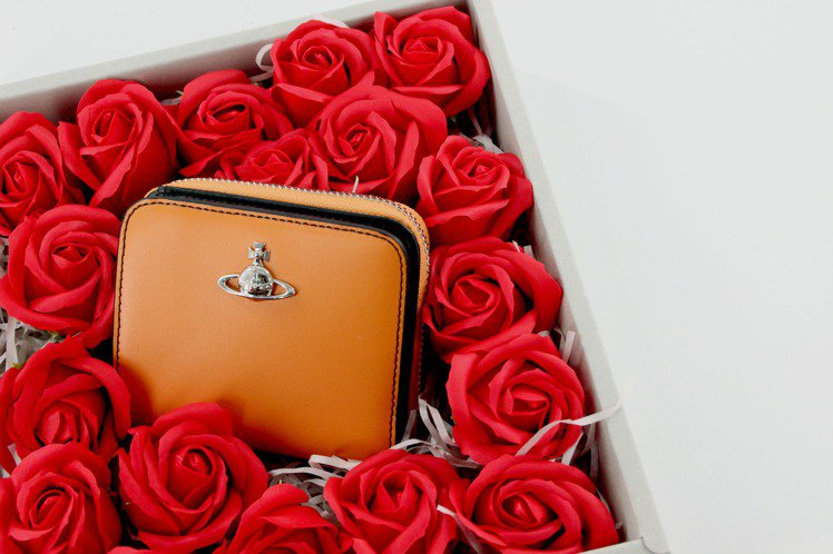 Vivienne Westwood推出七夕情人節包裝服務,紅玫瑰並不是真花,而是...