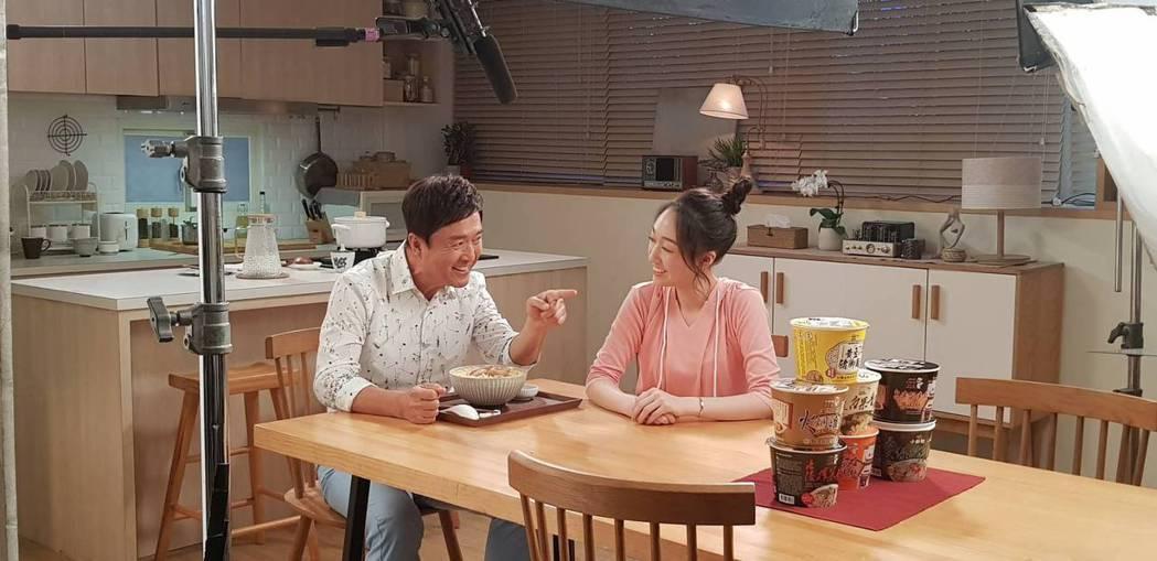 檢場(左)與女兒王敏淳一起拍攝廣告。圖/艾迪昇傳播提供