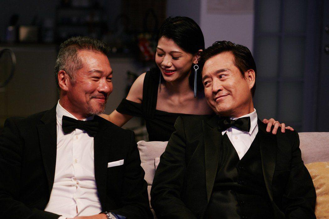 檢場(右)與黃仲崑(左)飾演「兩個爸爸」。圖/艾迪昇傳播提供