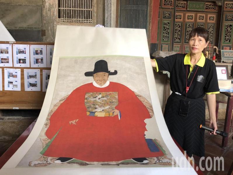 蔡復一畫像承辦人郭澤萍協助秀出修復完成的複製品,直說,蔡復一是首位會「 啾咪」動作的古人。記者蔡家蓁/攝影