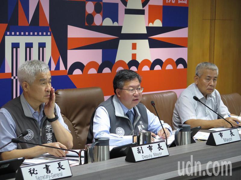 桃園市長鄭文燦(中)今天主持市政會議,聽取防疫專案報告。記者張裕珍/攝影