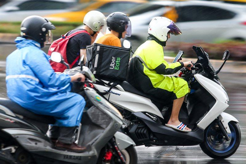外送員為了多接一些訂單騎車都會比較快,也因此讓人觀感不好。圖/聯合報系資料照片