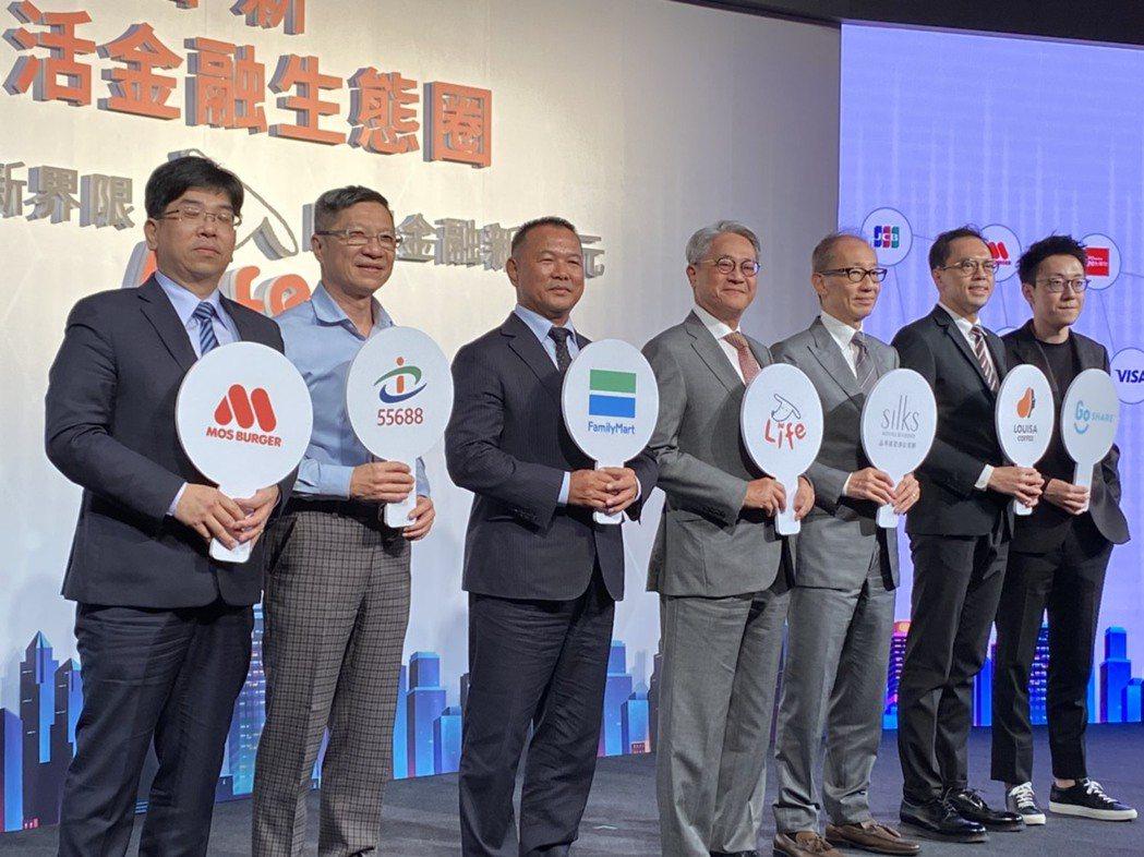 台新金控董事長吳東亮(左四)與合作夥伴合影。記者陳怡慈/攝影