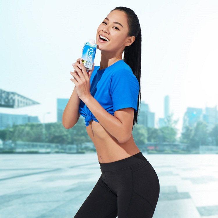 陽光名模王麗雅擔任「ZICO樂酷」品牌大使。圖/可口可樂公司提供