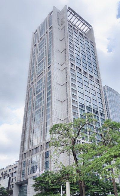 信義區統一國際大樓16樓,以每坪換算為新台幣179萬元,售予給營展開發實業,創下...