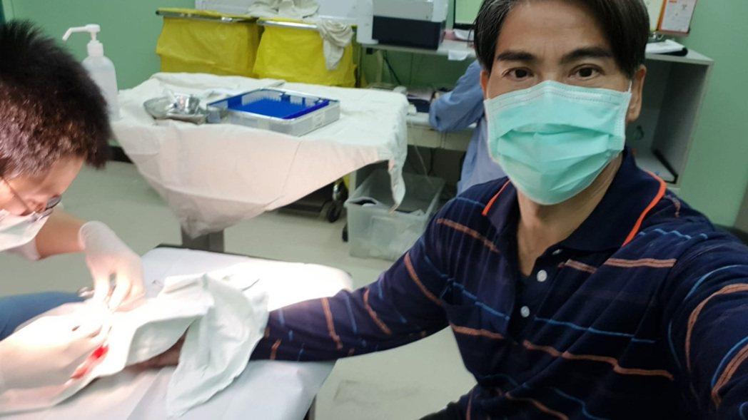 翁家明因切水果不慎切到手濺血,就醫處理傷口。圖/民視提供