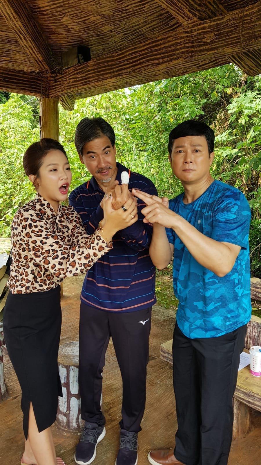 翁家明切水果受傷,王燦(右)、賴慧如上前安慰。民視提供