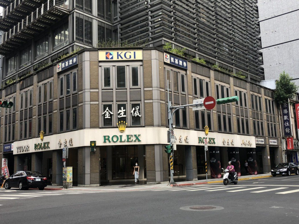 老牌鐘錶老店金生儀,今年5月仍砸下1.7億元買下「卓越時代」商辦大樓一樓店面。圖...