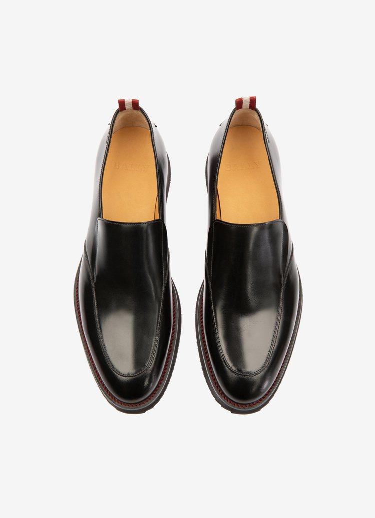 Piccadilly黑色亮面牛皮樂福鞋,26,680元。圖/BALLY提供