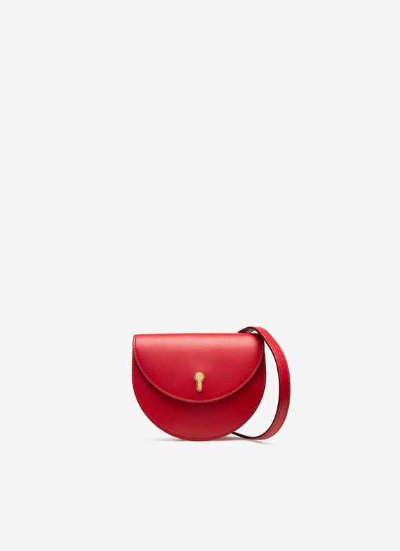 Cecyle紅色牛皮金色鎖匙迷你肩包,14,880元。圖/BALLY提供