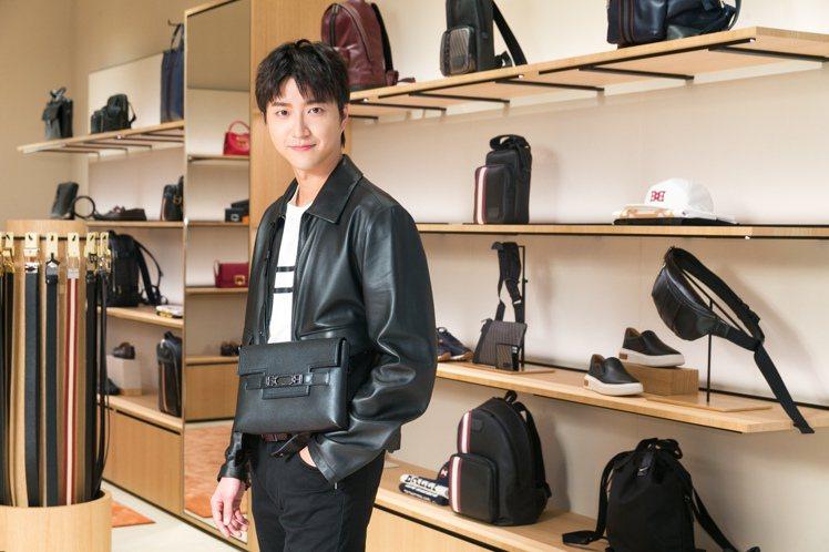 江宏傑身穿1851男士T恤7,480元、羔羊皮雙口袋立領夾克71,680元,搭配...