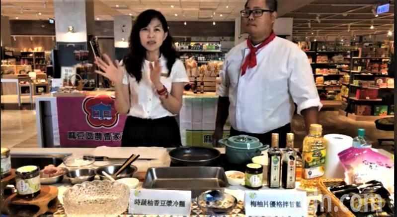 台南市麻豆區農會總幹事孫慈敏(左)與青農直播料理,行銷超市及農會產品。記者吳淑玲/翻攝