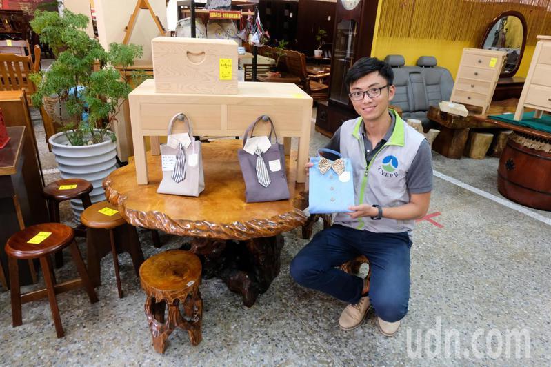台南市環保局藏金閣8月8日拍賣會,慶祝父親節,祭出優惠措施。記者鄭惠仁/攝影