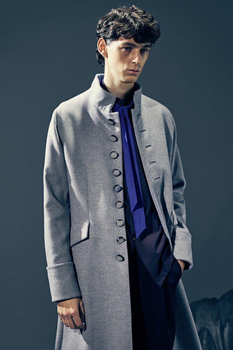 毛料立領大衣是經典單品。圖/夏姿提供