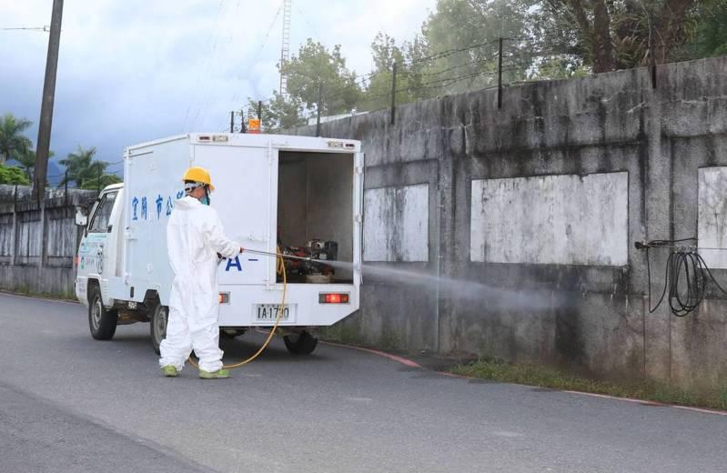 宜蘭金六結營區傳出新兵疑似感染新冠肺炎,讓人擔心,市公所傍晚全幅武裝在營區外進行環境消毒。圖/市公所提供