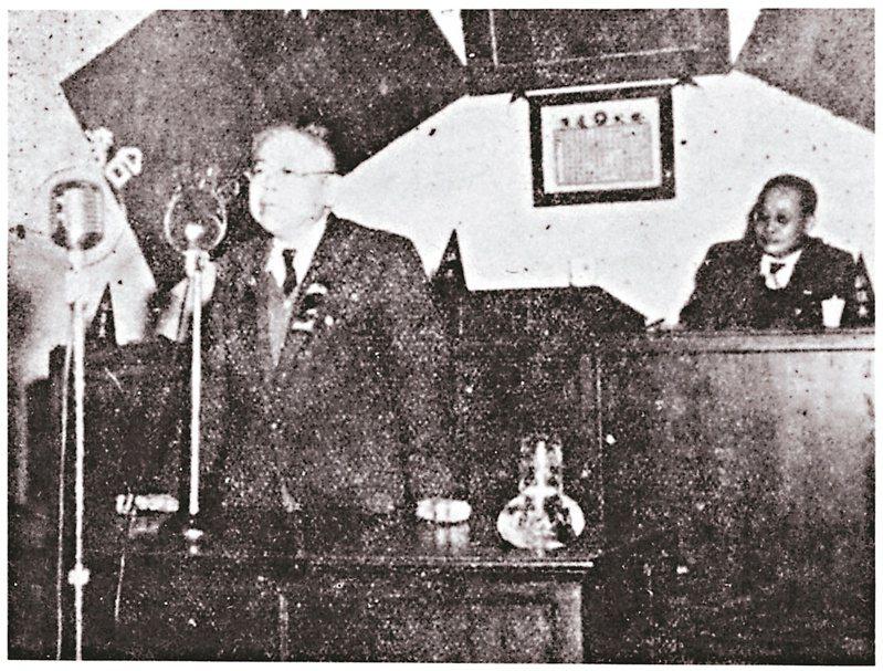 傅斯年去世前最後身影。他在省參議會報告,強調絕不能讓貧窮學生被摒棄在台大之外,獎學金絕不可廢。翻攝自《中央日報》。