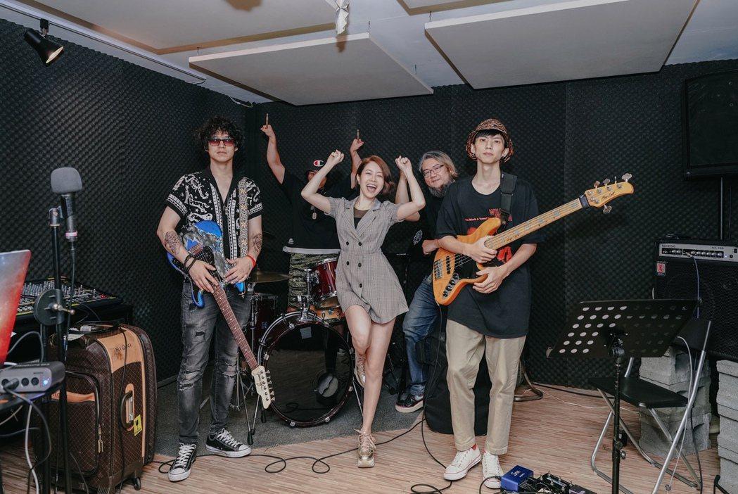 徐懷鈺(中)要在「你約我在夏天見面」演唱會當樂團主唱。圖/Yuki工作室提供