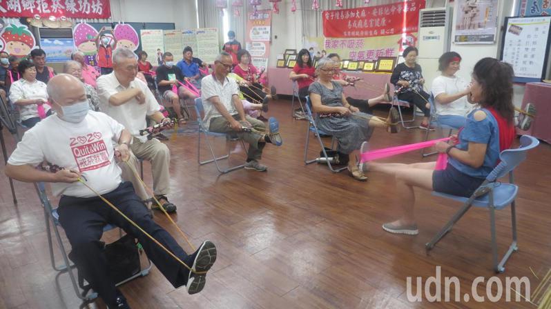 苗栗縣大湖鄉衛生所發想「稻香雙節棍」,兼具環保及運動功能,受到老人歡迎。記者范榮達/攝影