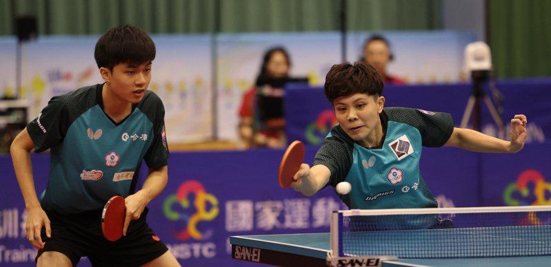 林昀儒(左)和鄭怡靜的混雙組合模擬東奧對抗賽打出3連勝。圖/國訓中心提供