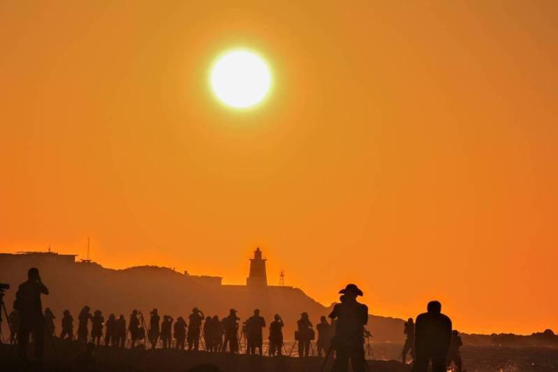 每到夏季,富貴角燈塔懸日就成為攝影愛好者搶拍的特色美景,即日起至8月26日是最佳拍攝期間。圖/航港局提供