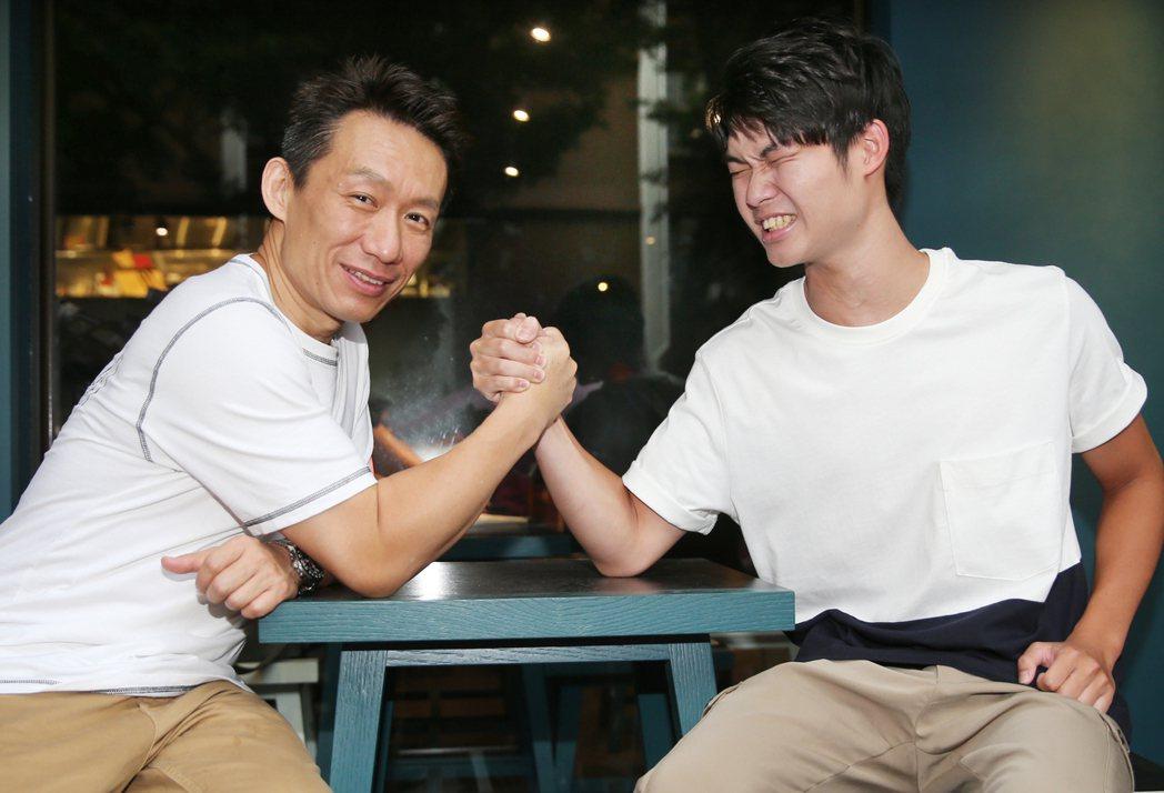 郭德君(右)未來也想跟爸爸一樣當演員。記者曾學仁/攝影