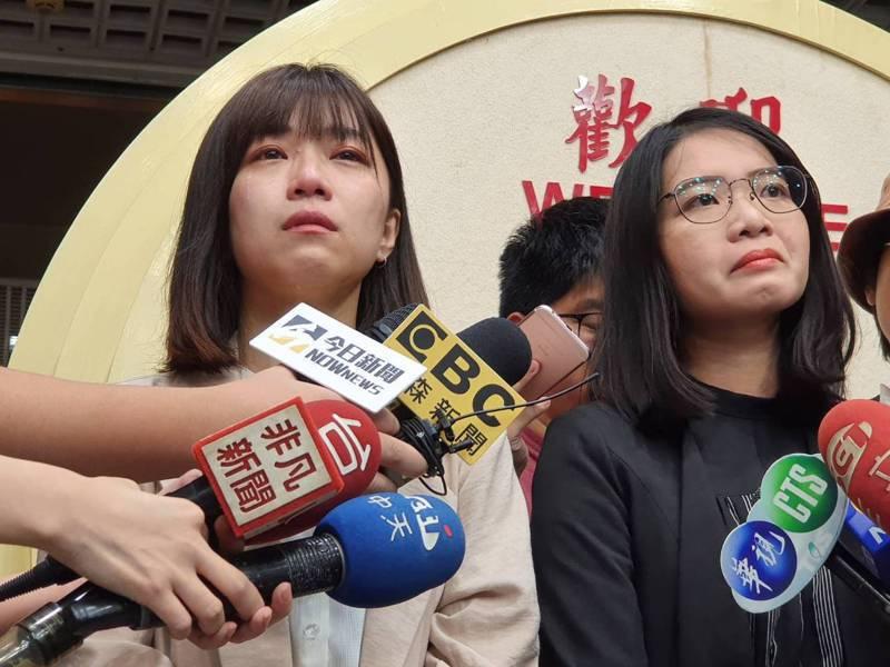 時代力量台北市議員黃郁芬(右)和林穎孟下午宣布退黨,兩人受訪談到退黨原因時都難過流淚。記者楊正海/攝影