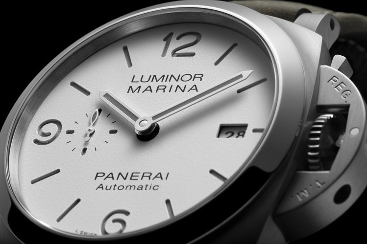 44毫米的精鋼表殼,「三明治」式表面是PANERAI的一貫設計特色。圖 / PA...