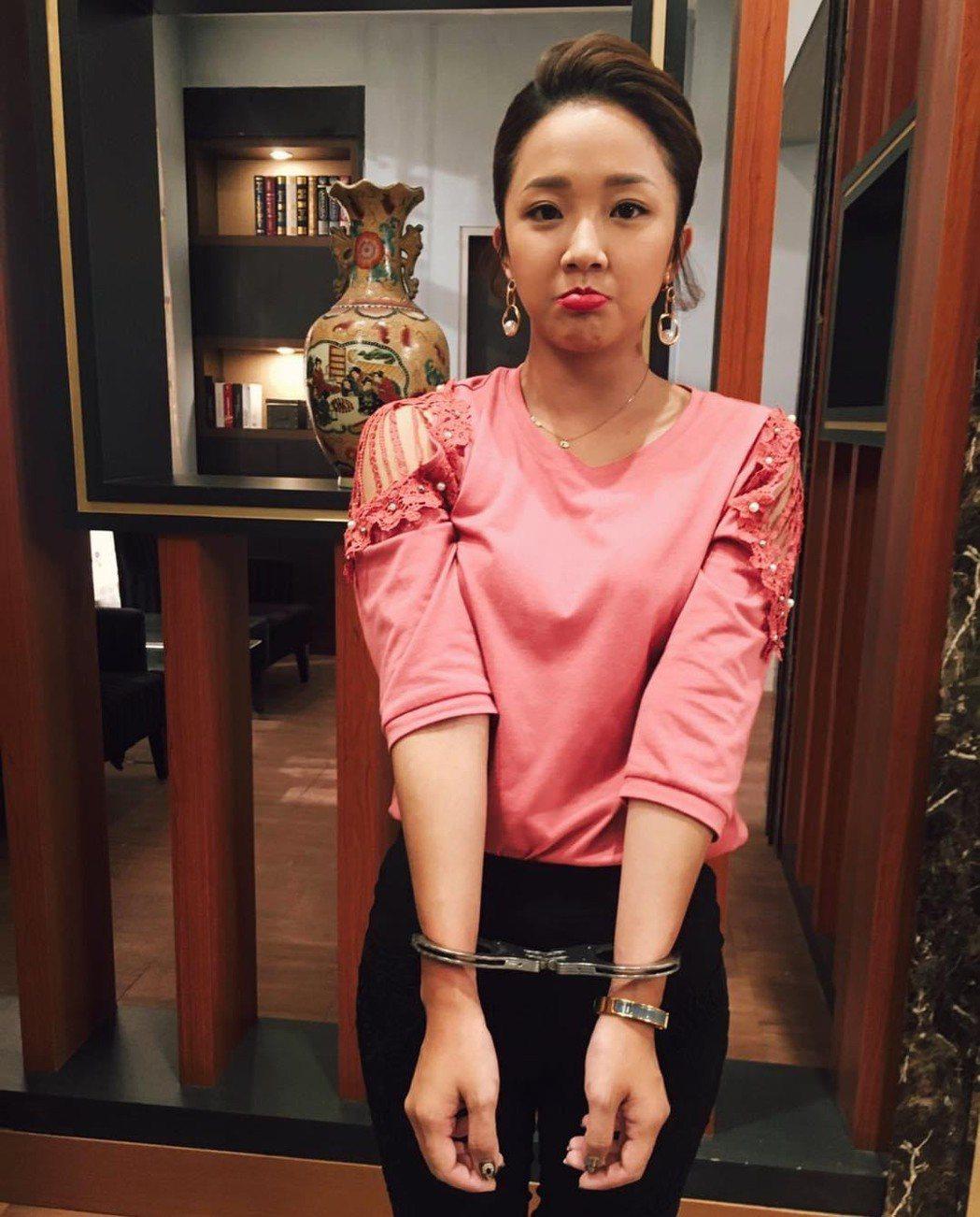 賴慧如演出「江慧君」,戲中不但被丟包,還遭警方銬上手銬。圖/摘自臉書