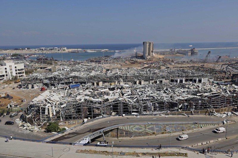 這是8月5日在黎巴嫩首都貝魯特拍攝的爆炸過後的港口區景象。 黎巴嫩首都貝魯特港口區4日傍晚發生劇烈爆炸。截至5日晨,爆炸已造成至少100人死亡,另有4000多人受傷。新華社
