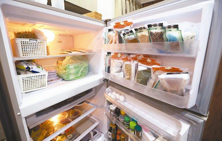 譚敦慈以收納袋或密封袋將食物包裝起來,分裝好整齊地擺放在冰箱裡。記者杜建重/攝影