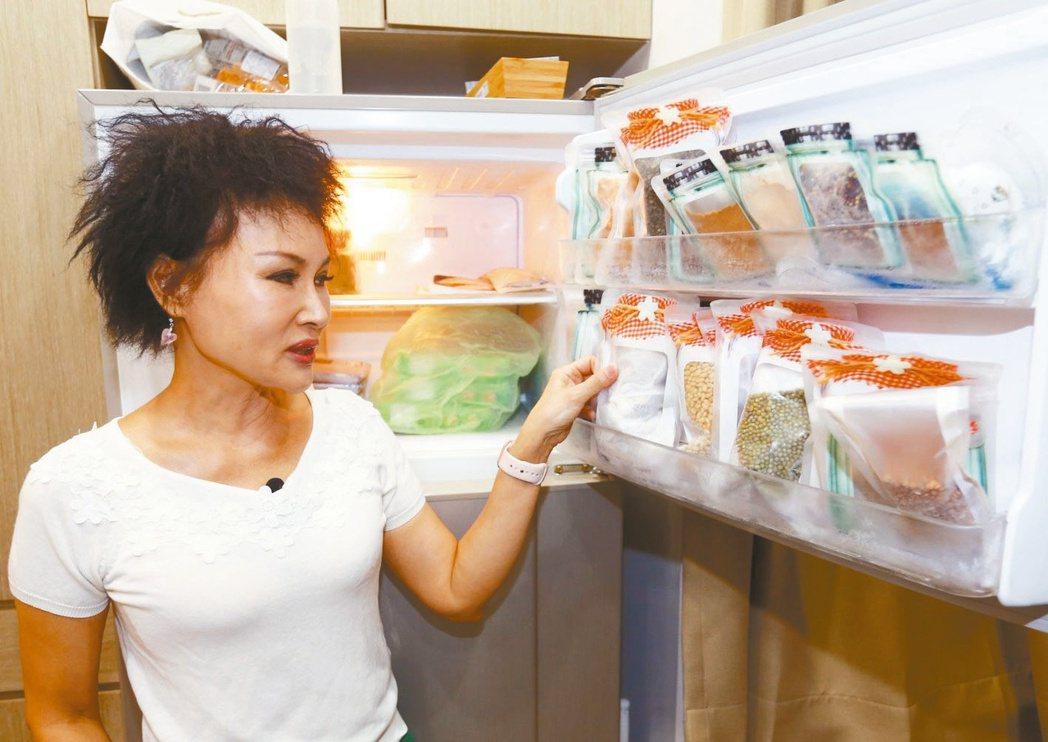 譚敦慈說,冰箱只能七成滿,保持空氣流動。記者杜建重/攝影