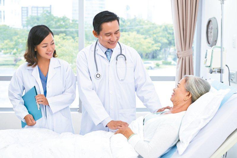 降低住宿機構增染疫風險,長照司祭獎勵金鼓勵醫師赴機構看診。圖╱123RF
