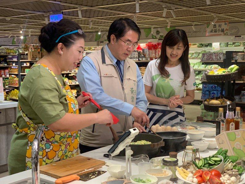 台南市麻豆區農會總幹事孫慈敏(右)邀請料理達人「阿芳老師」蔡季芳及台南市長黃偉哲(中),一起在農會超市直播做料理,帶動超市產品熱銷。圖/麻豆農會提供
